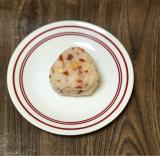 うす焼サラダと鮭のおにぎりの画像(1枚目)