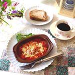 .今日のランチは丸ごと1個分完熟トマト🍅とチーズのペンネです。.炒めトマト&煮込みトマトを併せた特製トマトソース。.モッツァレラ&ゴーダの旨味と糸引き。.バジル、オレガ…のInstagram画像