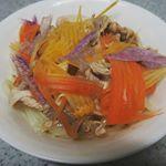 本場香川の讃岐うどんに豚の冷しゃぶと春野菜たっぷりトッピング✨亀城庵さんのツルっとかめ~るって面白い名前の通り、つるつるでおいしい💕つゆもついてたので、かけて食べました😄#ki…のInstagram画像