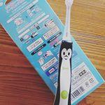 smart KISS YOU子供歯ブラシ相変わらず可愛いペンギンランプは未だにキチンと光るのでイオンの力は発揮されています♪単身赴任中のパパに仕上げ磨きをしてもらいました歯…のInstagram画像
