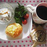 【Today's Breakfast】おはようございます☺️めっちゃ寒かったり、温かくなったり、ホント春って温度調節が難しい。。 週も後半戦な今日は、とろ〜りクリームのクリームパンでおなじ…のInstagram画像