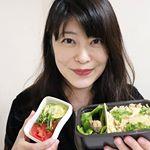 今日のお弁当。タケノコご飯。 たっぷり入るお弁当箱で。サラダも別で持っていけるのがありがたい!アボカドとトマトのオリーブオイルサラダ。#セパレートランチボックス…のInstagram画像