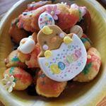 イースタースイーツドーナツを卵に見立ててカラフルにデコレーションしました✨色がキレイにでなかったけど...アートキャンディ株式会社 さんのイースタークッキーをデコレーションした…のInstagram画像