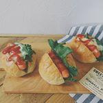今日の#ランチ は「#ホットチリドッグ 」#シャウエッセンホットチリ を使って、#パンランチ 🍞ピリ辛ウインナーとなれば、これが食べたくなる〜😆♪のInstagram画像