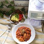 鶏肉と豆のトマト煮&サラダ。GWに突入して、少しでも食事の準備の手間をはぶこうと、サラダ野菜やカット野菜をストックしていました。.こうしておくと、食事の準備がとても楽。.…のInstagram画像