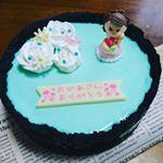 母の日ケーキ🌹【チョコ&ミントのサワークリームトップチーズケーキ】おかあさん毎日孫の相手おつかれさま😅ありがとう😘素敵なアートキャンディがあったから飾り付け苦手な私でも可愛らしくできた🖤と…のInstagram画像