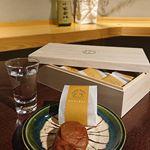 💖#桐箱入りの梅干 ×#地酒いろいろ💖銀座や目黒にショップがある五代庵の#紀州五代梅の心。伝統的な#梅干 よりも塩味と酸味が抑えてあってまろやか。甘味があります。でも、南高梅…のInstagram画像
