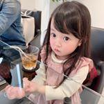 .お出かけした時の❤︎..下から手がみえるー!!ってガラステーブルで遊んでたw子供ってなんでも使って遊べるからすごいな🤣.. . *-*-*-*-*-*-*-*…のInstagram画像