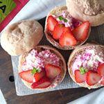 .20190526 sun. 今週の #おやつパンは、冷やして美味し  #苺ぱん☺️相方の間引きミントが可愛すぎ🤣もうそろそろアメリカンチェリー🍒の季節。最後の苺やね〜🍓*…のInstagram画像