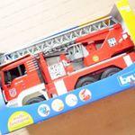 精密な構造で再現されている働くクルマのおもちゃ、ブルーダー「MAN消防車」で遊んでいます🔅サウンドライトが点いているので、点灯したり音が鳴ったりします👌実際に水も入れてホースで放水できるのも本…のInstagram画像