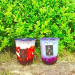 ..@kohaku.tapiイチゴ🍓とブルーベリー💜タピオカはもちろん、牛乳もソースも全て美味しい😍💕..#ミルクティー#tea#coffee#カフェ#おやつ#cafe…のInstagram画像
