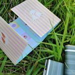📌本と付箋を持って緑が美しい季節。本と付箋を持って緑の中へ出掛けませんか。この季節ならベンチに座るより芝生の上の読書がいい。気になるページに付箋を貼った…のInstagram画像