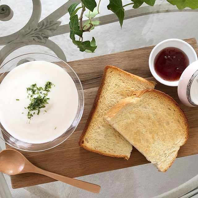 口コミ投稿:.おうちモーニング♪.パンのおともは北海道産じゃがいもの冷たいスープ。.なめらかな…