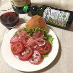 .おじいちゃんの規格外トマト頂いたので、おつまみにワインと一緒に🍷色んなオリーブオイルの中でコスタドーロのエクストラヴァージンオイルが私の中では1番の相性♬スクイーズタイプなので使いやすい…のInstagram画像