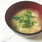 ..お味噌汁、ほっこり〜。.まるごとキューブだしを使って作ってみたよ☝🏻.お湯にポンっと入れて溶かすだけで簡単に美味しいおだしができちゃう😳!!.そしてフリーズドラ…のInstagram画像