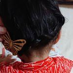 #浴衣ヘアアレンジ 第2段🦋①右耳横から裏編みこみ②左耳まできたら三つ編み③まとめておだんごにしつつ、ゴム部分を飾りで隠すヘアウォーターは引き続き @oshimatsubaki…のInstagram画像