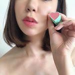 可愛いハート形のスティックチーク、最近お気に入りのLovisiaハートスティックチーク直接つけてもいいけど、わたしは指にくりくりってとって、頬にポンポンしています☺️ハート型と鮮やかなカラ…のInstagram画像