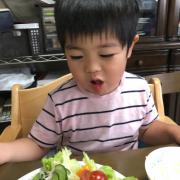 「野菜も食べるよ!」創業100周年記念第2弾!【こどもの笑顔あふれるおいしい食卓風景】写真コンテストの投稿画像