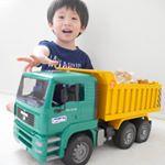 トラック‼️.大きいと迫力あってカッコいい~😆✨ .ドイツの、精密な構造が再現された知育玩具として有名なブルーダー🚚うちの子、昔から床に頭擦り付けて車輪の動きを観察するのが…のInstagram画像