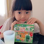 ◡̎⃝こんばんは⑅︎◡̈︎*スクスクのっぽくんのこどもフルーツ青汁をお試しさせていただいています܀.緑の青汁の他に赤の恵みと黄色の恵みがあります。今回娘が試しているのは緑の青汁です…のInstagram画像