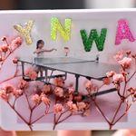 強力クリップマグネットのリプマグ。リプマグを使ったオリジナル作品に参加しました(o^^o)娘の小さい頃の写真とリヴァプール愛でYNWA。立体感出すためにお花ををつけてみました。リプマグは真っ白…のInstagram画像