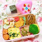 ♡ 今日のお弁当 ♡ ㅤㅤㅤㅤㅤㅤㅤㅤㅤㅤㅤㅤㅤ ㅤㅤㅤㅤㅤㅤㅤㅤㅤㅤㅤㅤㅤ ❁おにぎり❁唐揚げ❁きんぴらごぼう❁ほうれん草の卵焼き❁マカロニサラダ❁ピリ辛ウイン…のInstagram画像