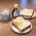 美味しそうな食パン頂いたので今日の#朝ごパン に(o^^o)バターがなかったから蜂蜜で!*この蜂蜜濃厚!!!ヨーグルトにもかけたりするけどこれはパンとかパンケーキ似合いそうなお…のInstagram画像