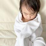 タオルは毎日使うものだから、ふかふかでいい匂いがいいよね☺️❤️・次女はタオルが大好きで、出かける時も寝る時も、テレビを見る時もいつでもこの状態🙂タオルがないと泣きます😂・・時…のInstagram画像