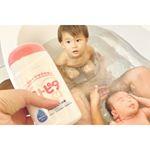 2歳半の息子と生後1ヶ月の娘がパパと入浴中♥♥.これが初めての兄妹お風呂♥♥..お手軽にお肌のケアしたくてアトピタの入浴剤投入🐝❣️.特に娘は乳児湿疹やらあせも…のInstagram画像
