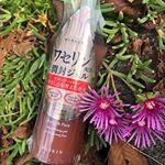 #ハイスキンモイストジェル琥珀色で綺麗なボトルです。プッシュして使うので、いつでも清潔に使えます。プッシュ部分が、指のハラの形にへこんでいます。バージョンアップし、シールデザインが一新…のInstagram画像