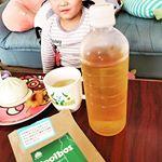 朝の日課。ルイボスティーを飲み、朝ごはんを食べ、保育園に行く息子☆このルイボス飲みやすくて好き☆500mlのペットボトルに入れときゃできるからダメ人間なあたしにピッタリね(笑)…のInstagram画像