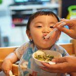 親子丼!娘ちゃんはお野菜たっぷり食べてほしいからほうれん草どばー!っとプラスして🥰まるごとキューブだしとお醤油だけの優しい味だけど、めっちゃもりもり食べるの❤️大きなお口で上手でした🤗…のInstagram画像