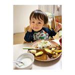 ヨーグルトに混ぜてハトムギを食べ始めました🍴息子も混ざっているのに気付いてない様子👀ハトムギは昔から親しまれていてたんぱく質、ビタミンB類、カルシウム、鉄など…のInstagram画像