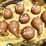 HAPPY ハロウィン🎃子供達が楽しみにしてるのでハロウィン風のおやつパンチョコ生地に中はミクルクリーム💕...それにしても。。 娘っ子すでに外反母趾😥…のInstagram画像