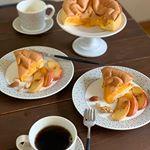 本場の長崎カステラ屋が作る「半熟生カステラ」が届きました。ココナッツオイルでりんごを焼いたものに🍎シナモン、ナッツを🥜添えて、喫茶店のちょっと良いコーヒーを淹れて休日の贅沢な朝ごはんにしました☕️…のInstagram画像