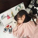 【読書枕HONTO】をお試ししました✨寝ながら読書 やスマホをするときに最適な#読書枕 ♫枕 やクッション に重ねて使うと肩幅に合った高さになるように設計されているので、首が痛くなった…のInstagram画像
