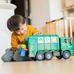 ブルーダーMAN ごみ収集車(GREEN)🚙 もっとパパと外で遊びたくて泣きながら帰ってきたぼうや。じゃーん!とこのごみ収集車を見せてみたら…一瞬で笑顔になり涙を手でパッと拭いて箱から…のInstagram画像