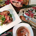 .⛄🎄✨急きょ、ホームパーティー練習のつもりで焼いてみたローストチキン食卓に置いただけで、早くもクリスマス気分です。急きょ、ホームパーティーとなりました。スープ…のInstagram画像