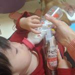 ミルク飲みながら、ワセリンを手放さない(笑)!#ハイスキンモイスジェル #親子で使える #ワセリン #保湿ジェル #ボディケア #スキンケア #kokuryudo_fan #monipla #koku…のInstagram画像