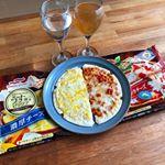 .12/5の昼食!.マルハニチロ様のうす焼きピッツァです。.トマトとモッツァレラチーズの方は、生感のあるフレッシュトマトとチーズの相性が抜群。.濃厚チーズは、本格的なチーズ…のInstagram画像