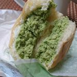 @hattendo_official 様の #プレミアムフローズンクリームパン をいただきました☺️ クリームパンを半分に割るとフワフワのパンの中からフワフワのクリーム。せっかくなので義実…のInstagram画像