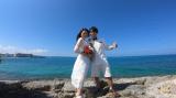 沖縄の海をバックに
