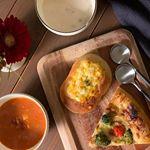 ・レンジでおいしい!ごちそうスープ ミネストローネ・レンジでおいしい!ごちそうスープ チーズのポタージュ でお昼ごはん。パン屋さんで買ったパンと一緒に。ミネストローネは野菜がゴロゴロい…のInstagram画像