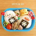 ・2019.12.20.Fri・おはようございます❄️・幼稚園は午前中までなのでおうち弁当🍙・☜鮭おにぎり☜ミニステーキ☜大根とツナのサラダ☜卵焼き☜お…のInstagram画像