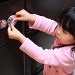 子供が大好きマグネットにも出来る『みんなの缶バッジ』..子供の思い出にと先日ご紹介した缶バッジですが、マグネットにも出来るのでご紹介します。冷蔵庫にペタッと------缶バッジ…のInstagram画像