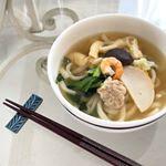 .黄金色の関西風だしが美味しい鍋焼きうどん。.スープとうどん、具材がひとつになっているからお鍋に入れるだけで温めるだけ。.スープがとにかく美味しくて懐かしい。.#関西の…のInstagram画像