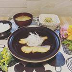 * 忙しい主婦の味方!時短メニュー★*゚レンジで煮魚が簡単に作れる煮魚の素をお試しさせていただきました♡作り方は簡単!耐熱のお皿に魚を並べて、そこに大さじ2の水と煮魚の素…のInstagram画像