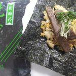 お盆のお供え物に喜ばれた山本海苔店の新海苔。シンプルに食べるのが一番美味しかったけどガーリックチャーハン&牛肉おにぎりにも使ってみました。新海苔だから海苔の風味が…のInstagram画像