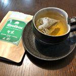 有機生葉ルイボスティーをお試しさせていただきました😊1枚目がお湯を注いで直ぐ、2枚目が5分程おいたものです‼️紅茶のような味わいで、すっきりして飲みやすかったです😊日ごろからルイボスティー…のInstagram画像