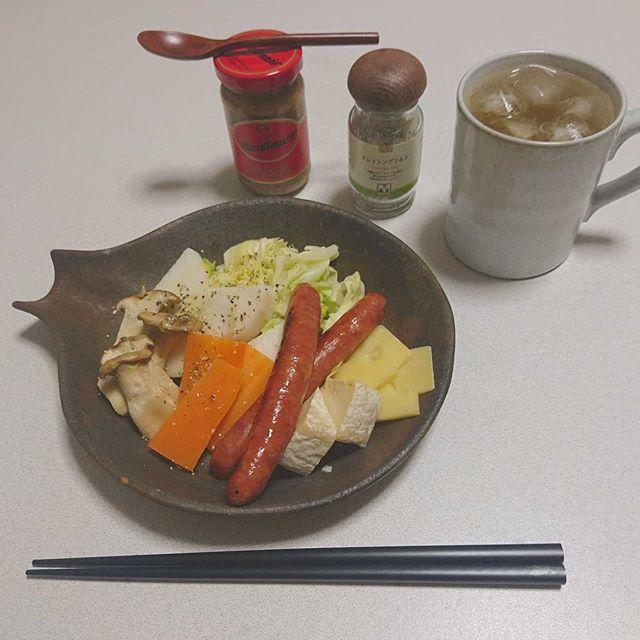 口コミ投稿:たっぷり温野菜とソーセージ、チーズのワンプレートで夜ごはん。野菜には亜麻仁オイ…
